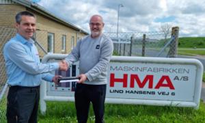 Kim Kondrup Hansen udlært som industritekniker hos Maskinfabrikken HMA, får her overrakt afsluttende gave af administrerende direktør hos HMA, John Richter Hansen.